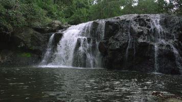vidéo d'une cascade de haew sai fai dans la jungle