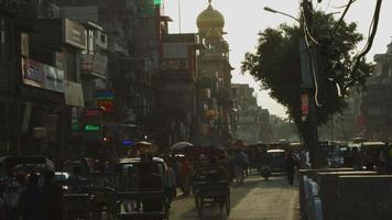 foto de lapso de tempo de tráfego na estrada em uma cidade, Deli, Índia video