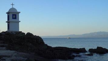 Eine kleine griechische Kapelle mit Kreuz in der Nähe des Ägäischen Meeres auf der Halbinsel Kassandra in Griechenland