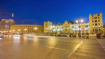 Spagna notte luce valencia colosseo stazione ferroviaria centrale piazza 4k lasso di tempo video