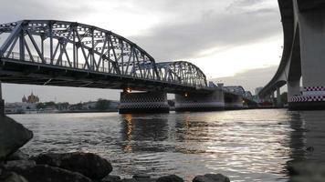 differenza di idee tra il ponte nuovo e il ponte vecchio, vista del tramonto sull'orizzonte fiume krungthep bridge (a sinistra) e rama iii bridge (a destra) bangkok, thailandia