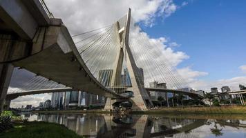 Vista timelapse del ponte octavio frias de oliveira, o ponte estaiada, a sao paulo, brasile