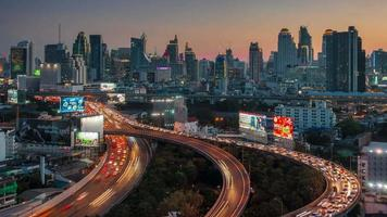 Thaïlande coucher de soleil bangkok centre-ville trafic route jonction panorama 4k time-lapse video