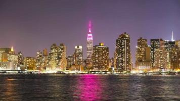 panorama noturno de manhattan em nyc queens 4k time lapse