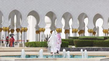 VAE Sommerzeit Tageslicht Haupt arabische Moschee Besucher 4k