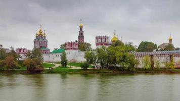 rússia dia chuvoso moscou cidade lagoa igreja panorama 4k time lapse