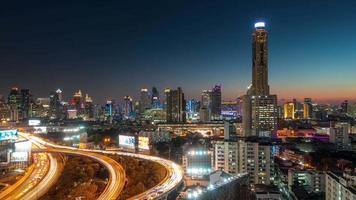 Tailandia puesta de sol bangkok edificio más alto tráfico camino cruce panorama 4k lapso de tiempo