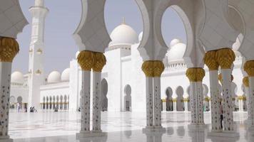 mesquita das paredes brancas principais da luz do verão dos eua dentro de 4k