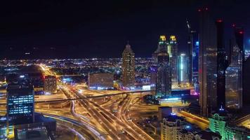 Iluminación nocturna Dubai City Downtown Traffic Road Junction 4k Time lapse Emiratos Árabes Unidos