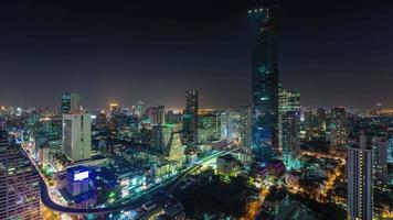 Panorama de la azotea de silom centro de Bangkok de noche de Tailandia 4k lapso de tiempo