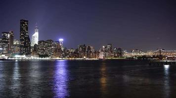 visão noturna em manhattan, início da ponte de queensboro 4k time lapse de nova york