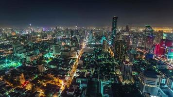 Panorama de la ciudad superior de la azotea de la luz de la noche de Tailandia Bangkok 4k lapso de tiempo