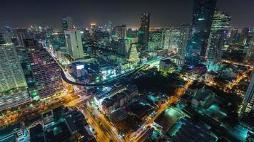 Panorama de la calle del tráfico superior de la azotea del centro de Bangkok luz de la noche de Tailandia 4k lapso de tiempo