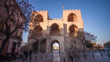 Espagne lumière du soleil valencia torres de serranos vue trafic 4k time lapse