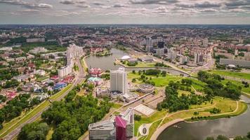 Belarus Sommertag regnerischer Himmel Minsk Center Luft Panorama 4k Zeitraffer