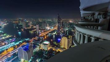 Panorama del paisaje urbano superior de la azotea del hotel de la luz de la noche de Tailandia Bangkok 4k lapso de tiempo