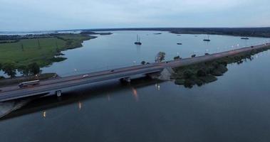 puente y vista aérea del lago