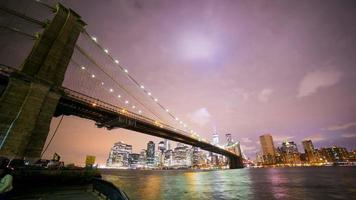 colorato notte vista di brooklyn su manhattan 4k time lapse nyc