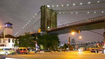 trânsito noturno cruzamento brooklyn bridge park 4k time lapse de nyc video