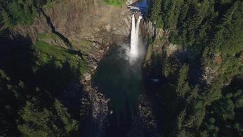 voo de helicóptero com usina hidrelétrica snoqualmie falls e monte si video
