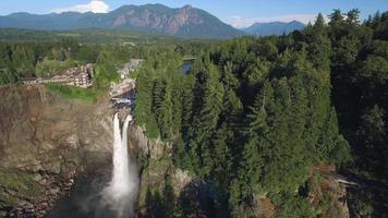 foto aérea de snoqualmie falls, washington emoldurada para comercial com espaço para texto video