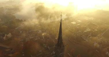 estática de una iglesia cubierta de niebla en una madrugada con godrays video