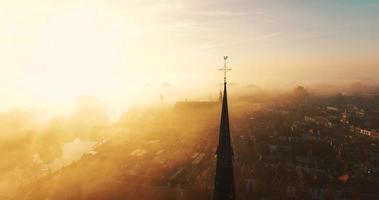 círculos ao redor de uma cruz em uma igreja coberta de névoa video