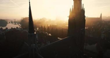 cerca de una iglesia, la cámara vuela hacia arriba y revela más de la iglesia