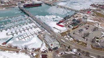ponti vecchi e nuovi, acque gelide di Sturgeon Bay, Wisconsin video