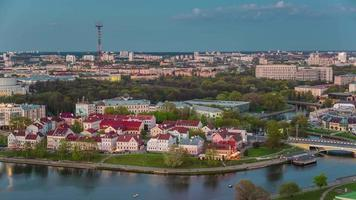 Bielorussia sera vecchia città tetto sopra fiume baia panorama 4K lasso di tempo minsk