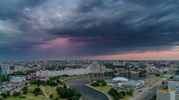 belarus storm sunset sky minsk center river bay panorama aéreo 4k time lapse video