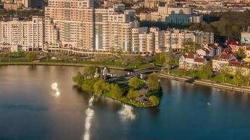 Bielorussia estate giorno fiume baia centro tetto panorama superiore 4K lasso di tempo minsk