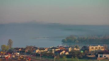 Bielorussia estate tramonto alba tetto città fiume panorama 4K lasso di tempo video