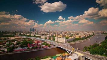 Russia giornata di sole Mosca fiume traffico tetto panorama superiore 4K lasso di tempo
