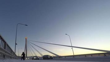 bela cena vibrante de inverno escandinavo: ponte sobre o rio kemijoki, lapso de tempo