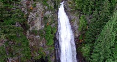 risorse idriche acqua fresca che scorre cade