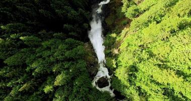 aerea che si eleva sopra le montagne della cascata l'acqua cade