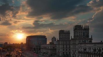 Bielorussia tramonto cielo minsk città stazione ferroviaria famoso panorama 4K lasso di tempo video