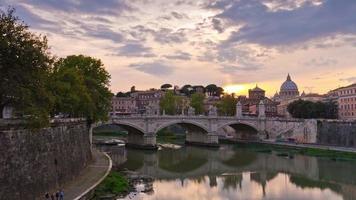 Italia puesta de sol Roma ciudad puente del río tíber vaticano famoso panorama 4k lapso de tiempo