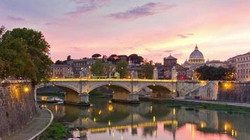 Itália famoso pôr do sol roma rio reflexão ponte panorama do vaticano 4k time lapse video