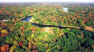 vista aérea del río en el bosque de otoño