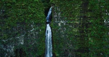 vista aerea di incredibile cascata nella giungla della foresta pluviale tropicale