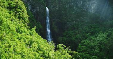 Vista aérea de la increíble cascada en la selva de la selva tropical