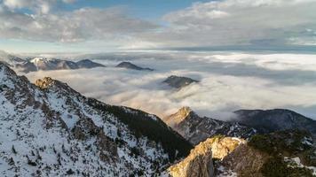 manhã épica de nevoeiro acima das nuvens flui nas montanhas de inverno.