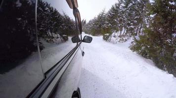 Vídeo 4k uhd: carro suv na estrada da montanha de inverno