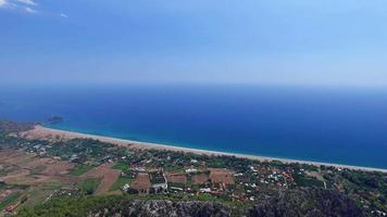 sobrevolando la aldea de antalya cirali. capturado por drone cam video