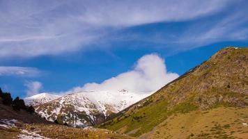 montagna innevata cielo blu vall de nuria 4k lasso di tempo spagna video