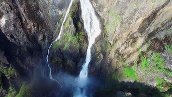 voringfossen wasserfall in norwegen, berühmte touristenattraktion.