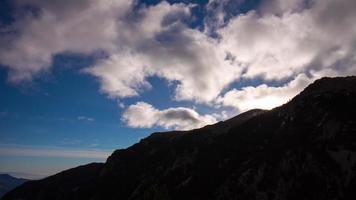 sole nuvole cielo vall de nuria 4k lasso di tempo dalla Spagna video