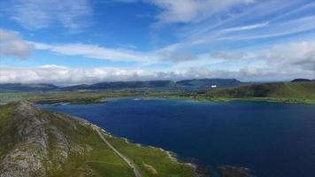 voo perto de Leknes nas ilhas Lofoten na Noruega video